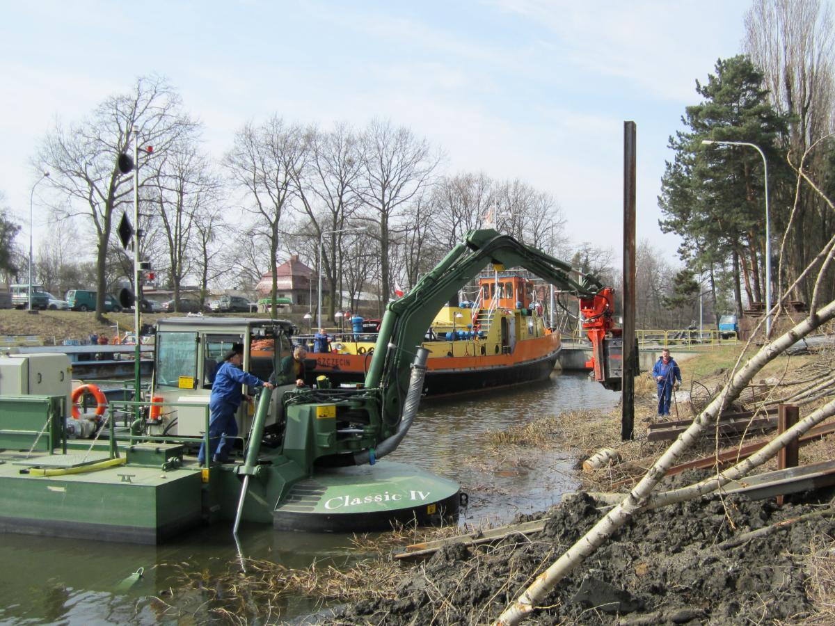 Multipurpose_Watermaster_doing_piling_work